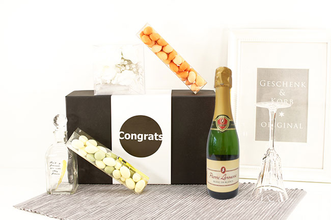 WOMEN GIFT SET WITH LIGHT CHAIN & SPARKLING WINE
