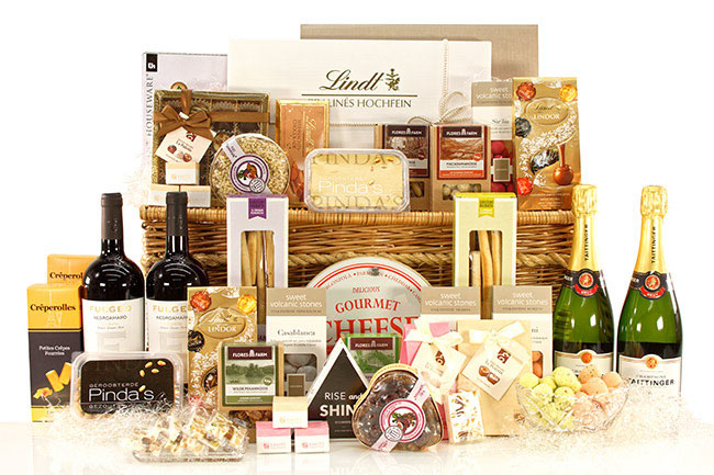 VIP LUXURY GIFT BASKET € 483,90 without cheese cutting board * VIP LUXURY GIFT BASKET € 499,90 with cheese cutting board